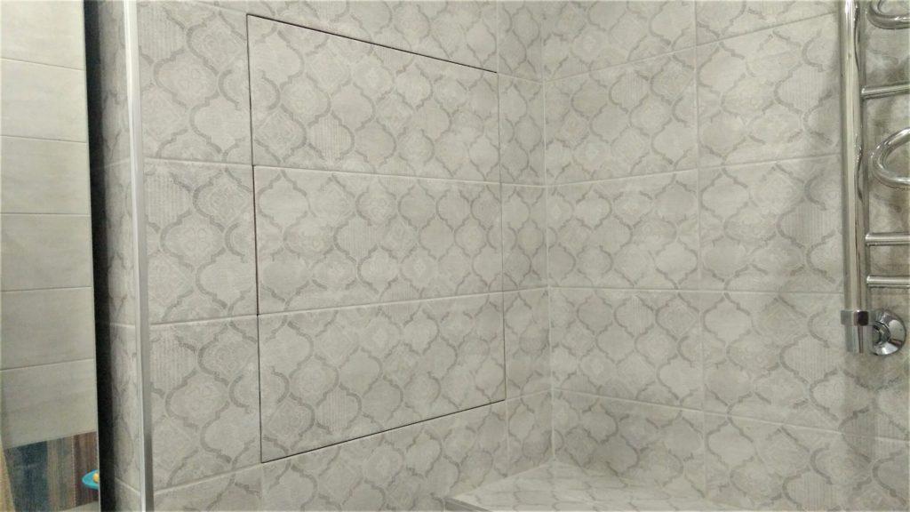 """""""Деревенская"""" раскладка на стене с сантехническим скрытым лючком."""